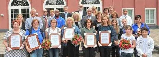 Alle Förderpreisträger sowie Juroren und Gäste vor dem Schloss Oberhausen